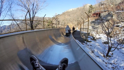 Bobsleding down to ground level from the Great Wall! Voltar pro início com bobsled!