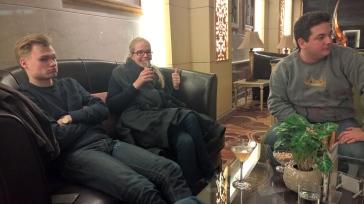 Farewell drinks in hotel lobby. Bebidas de despedida na recepção do hotel.