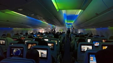 "Nice ""northern lights"" simulation aboard the flight. ""Aurora boreal"" legal a bordo o voo."